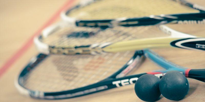 Rendez-vous dans une salle de sport pour une partie de squash